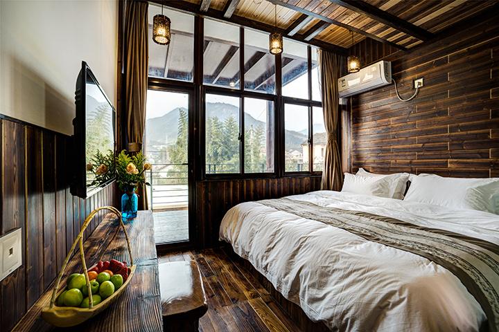酒店内部整体以实木结构风格设计,以民宿服务为主,拥有大面积的庭院,.